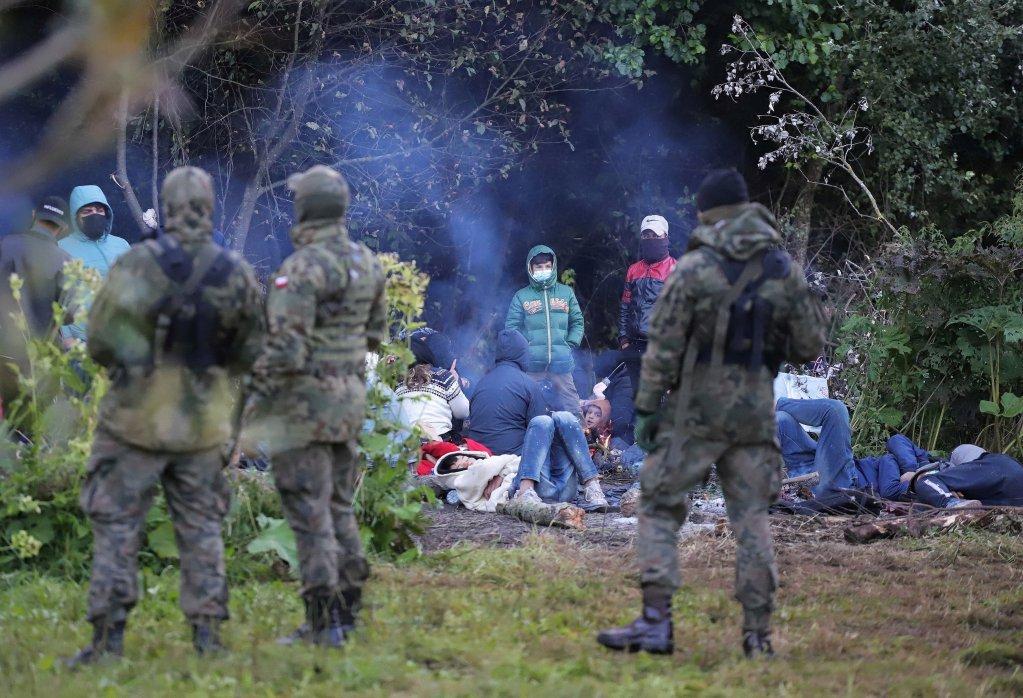 یک گروه ۳۲ نفری از مهاجران که در نزدیکی روستای اوسنارز گورنی در پولند گیر افتادهاند، ۱۸ اگست ۲۰۲۱. عکس از رویترز