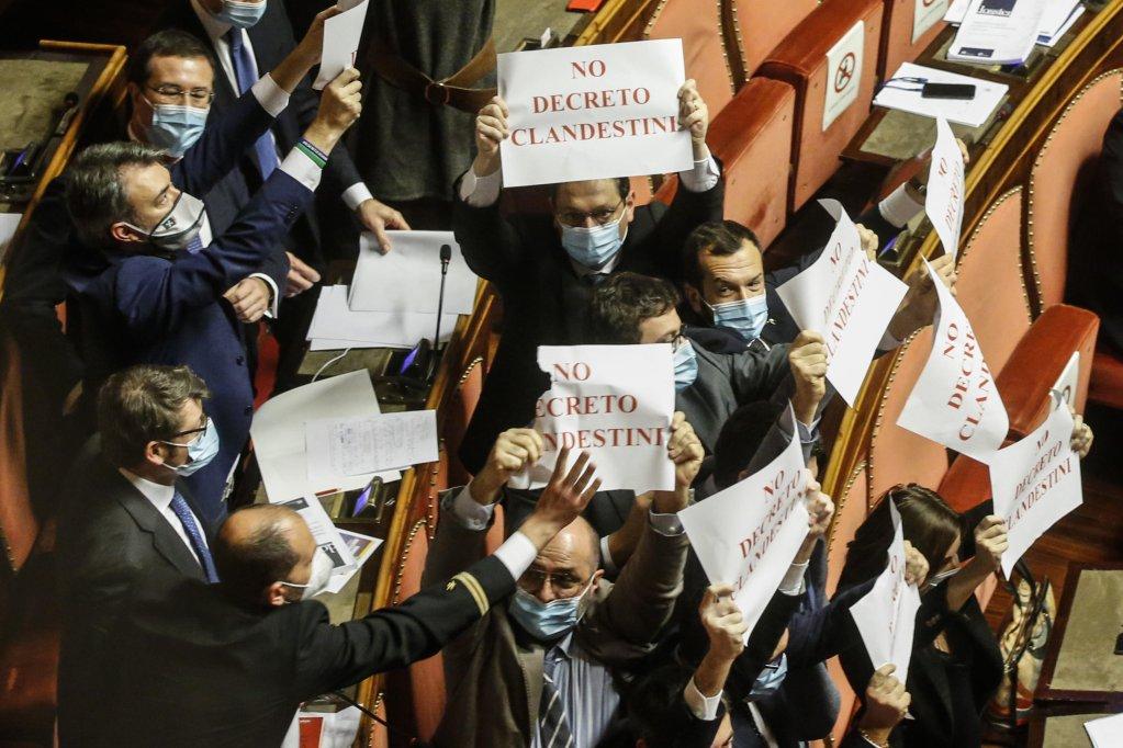 أعضاء حزب الرابطة في مجلس الشيوخ يحتجون خلال التصويت على المرسوم الأمني الجديد. المصدر: أنسا/ فابيو فروستاشي.