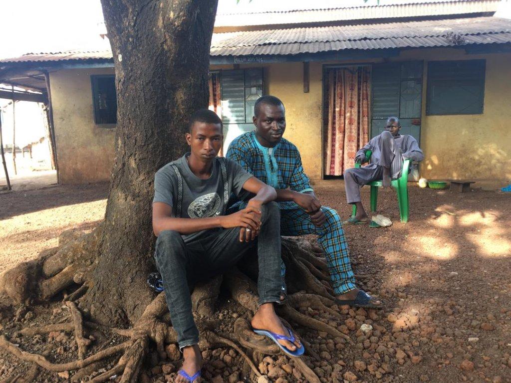 Abdoulaye ( à gauche sur la photo) a 16 ans, il a tenté de se rendre en Europe il y a deux ans dans l'espoir de trouver du travail. © Julia Dumont
