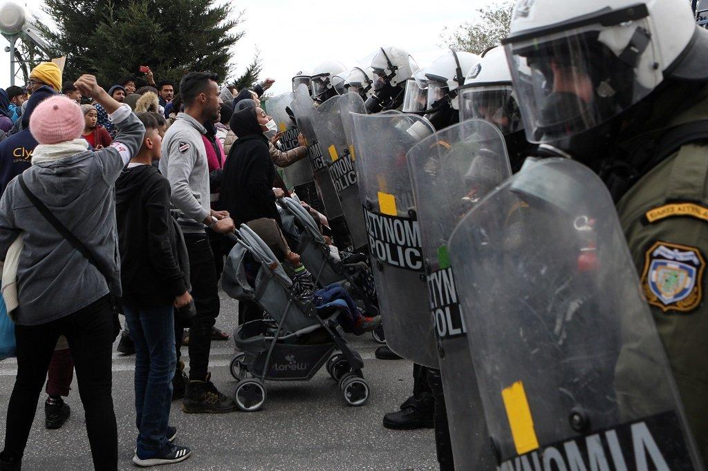 لاجئون ومهاجرون بمواجهة شرطة مكافحة الشغب بالقرب من مخيم كاراتيبي على جزيرة ليسبوس اليونانية، 3 شباط/فبراير 2020. رويترز