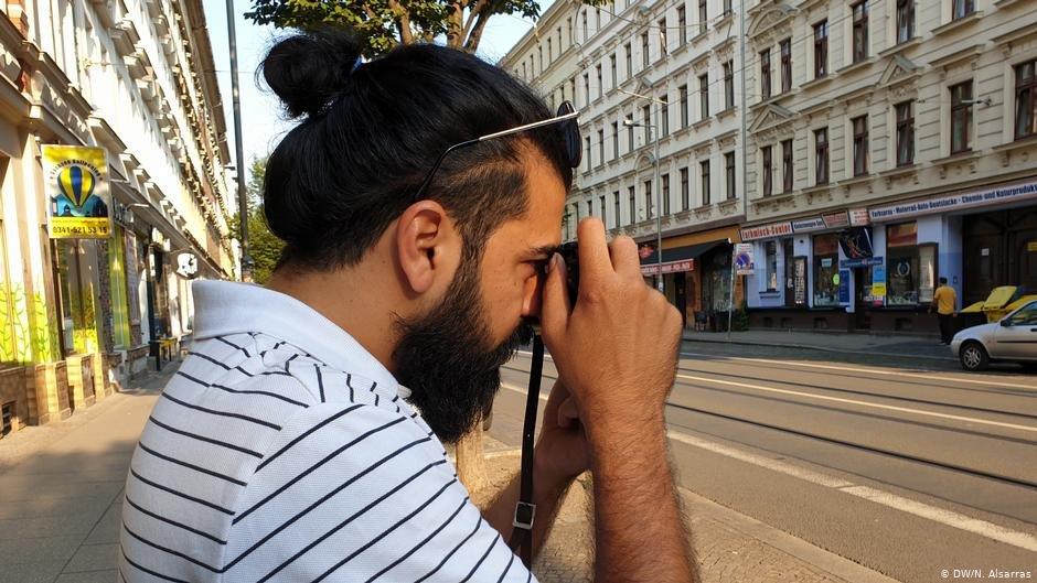 Raisan Hameed takes a photo   Photo: DW/N.Alsarras