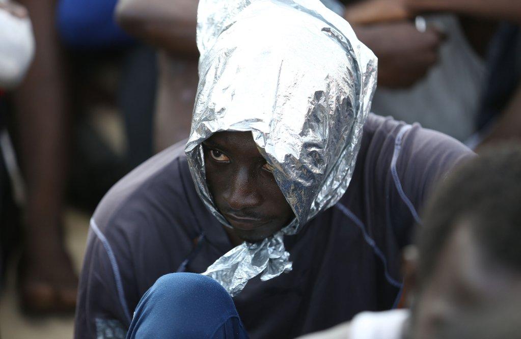 AFP/Mahmud Turkia |Un migrant sauvé d'un navire au large de la côte de Zuwara, à environ 130 kilomètres à l'ouest de Tripoli.