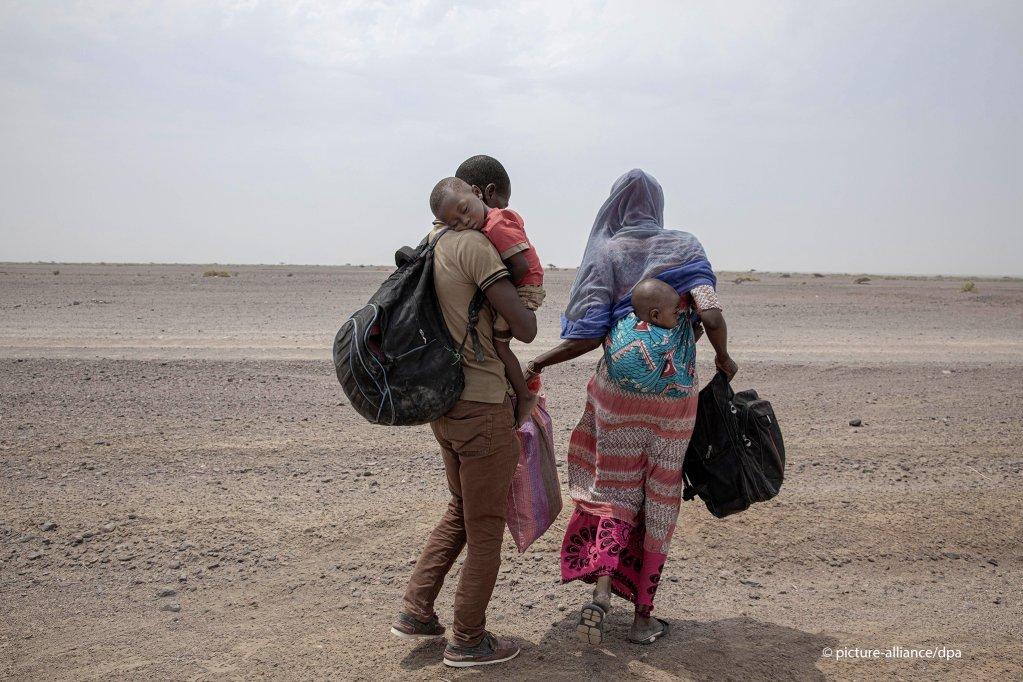 عائلة إفريقية تتخلى عن حلم الوصول لدول الخليج وتقفل عائدة إلى وطنها