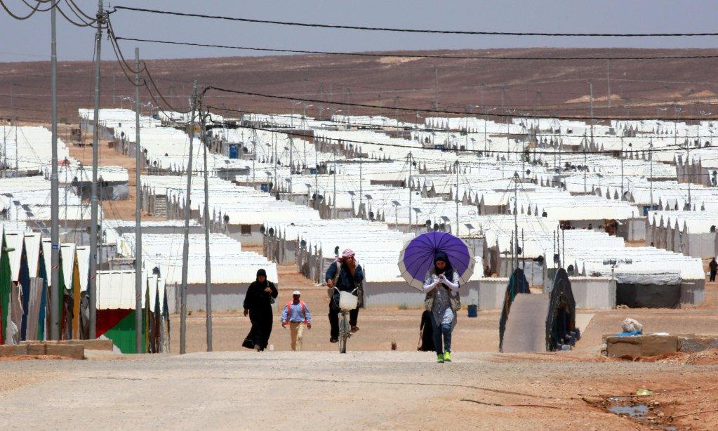 """ansa / صورة من الأرشيف لمجموعة من اللاجئين في مخيم """"الأزرق"""" للاجئين، بالقرب من مدينة الزرقا، التي تبعد نحو 100 كيلو مترا عن العاصمة عمان. المصدر: """"إي بي إيه"""""""