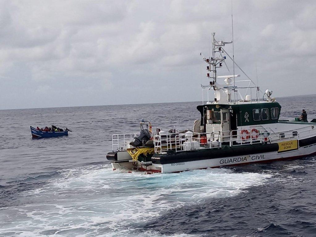 """ANSA / وحدة من الحرس المدني الإسباني ترافق قارب يحمل مهاجرين في ميناء """"لانزاروتي"""". المصدر / إي بي إيه الحرس المدني الإسباني"""