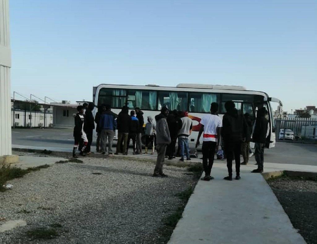 مجموعة من المهاجرين قبيل مغادرتها مركز التجميع والمغادرة، الأحد 8 كانون الأول / ديسمبر 2019. الصورة من أحد المهاجرين في المركز