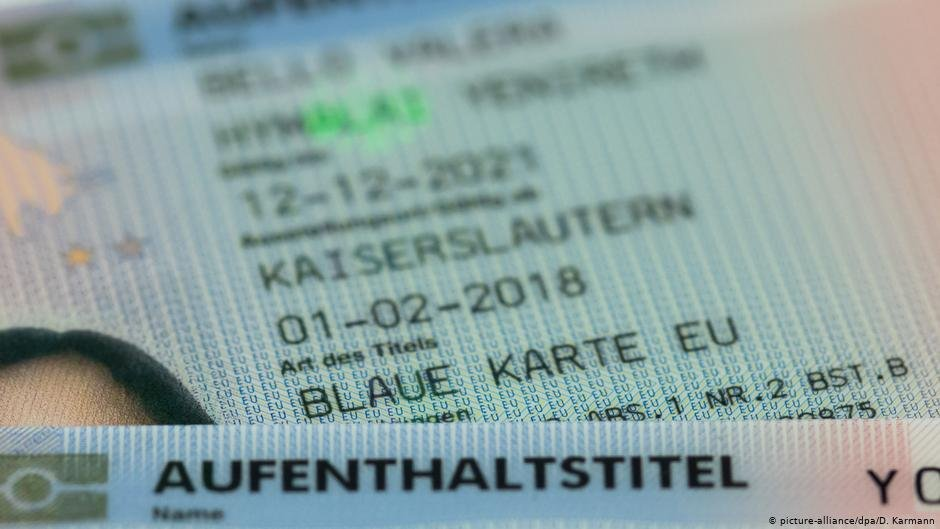 EU Blue card status on a German ID | Photo: Picture-alliance/dpa/D.Karmann