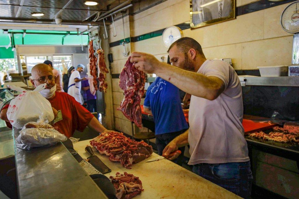 © أ ف ب |متجر للحوم في مدينة طرابلس شمال لبنان.