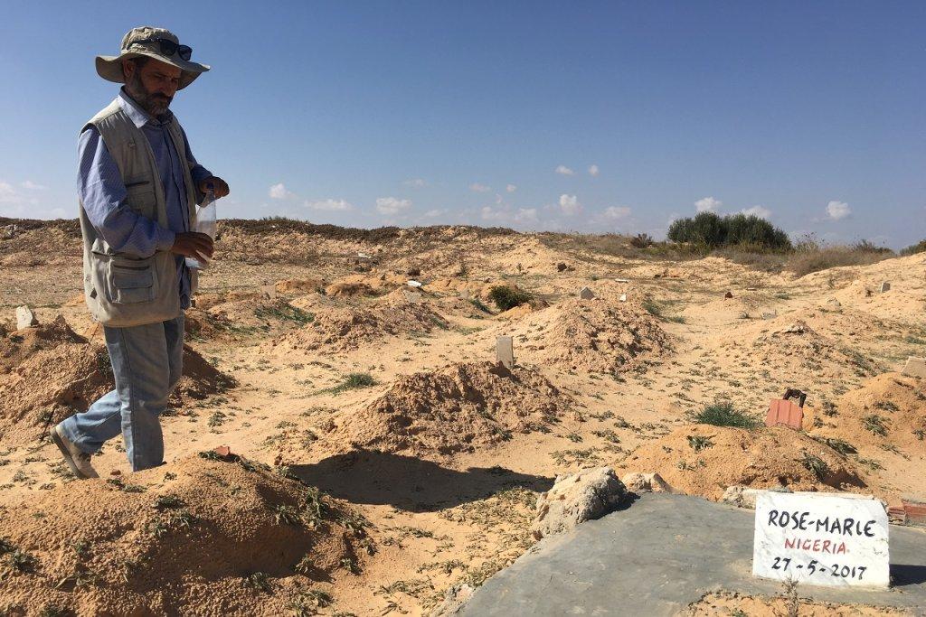 Chamseddine devant une tombe d'un migrant, à Zarzis. Crédit : InfoMigrants