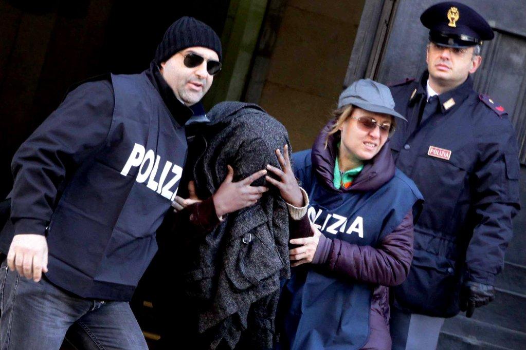 ANSA / عملية للشرطة الإيطالية ضد عصابة نيجيرية في نابولي. المصدر: أنسا / سيرو فوسكو.