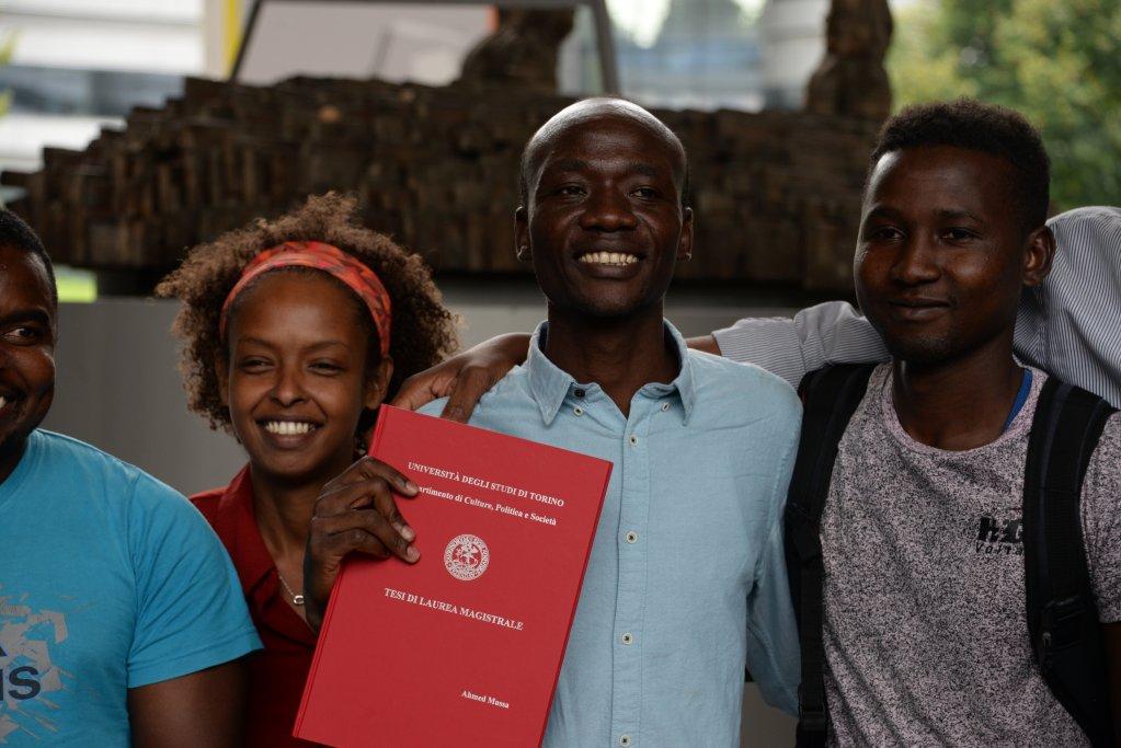 ANSA / أحمد موسى وأصدقاؤه يحتفلون بحصوله على درجة علمية من جامعة تورينو عن رسالته حول حقوق الإنسان فيدارفور. المصدر: أنسا.