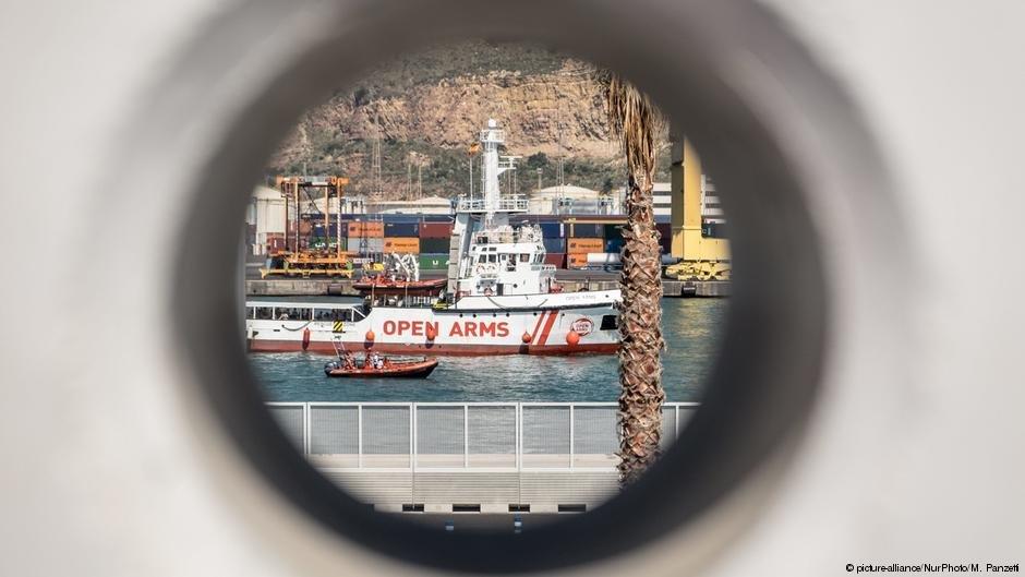 سازمان های غیردولتی اسپانیایی اجازه یافته اند که محمولههای کمکی را از بندر بارسلونا به جزایر یونان انتقال بدهند.