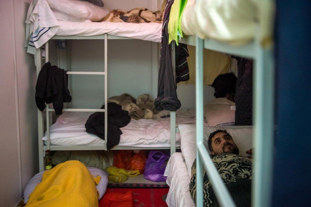ANSA / مهاجر يرقد على سرير في مركز الاستقبال المؤقت في بيرا شمال غرب البوسنة. المصدر: إي بي إيه / زولتان بالوغ.
