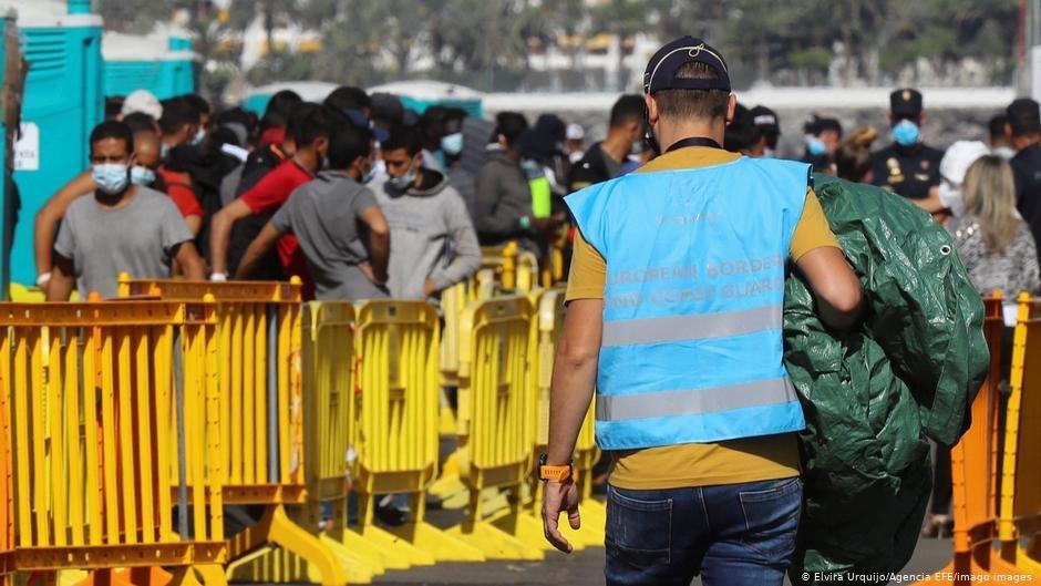 گروهی از مهاجران به جزیره گران کاناریا رسیده اند./عکس: Elvira Urquijo/Agencia EFE/Imago Images