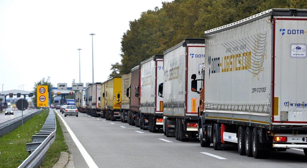 ANSA / شاحنات تقف في طابور بعد عودة حركة المرور لطبيعتها في المعبر الحدودي في باتروفيتشي في صربيا، للعبور إلى كرواتيا. المصدر: إي بي إيه/ دافور إيرشتش.