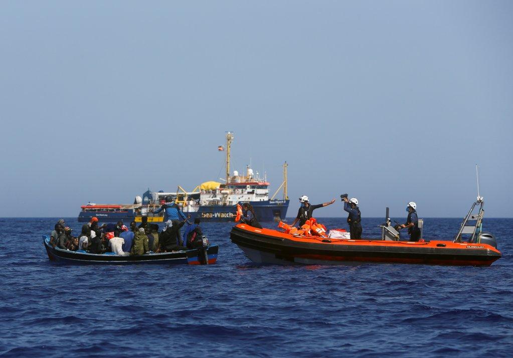 Une équipe de sauveteurs du Sea Watch 3 approche une embarcation pour porter secours à des exilés en Méditerranée, le 1er août 2021. Crédit : Reuters