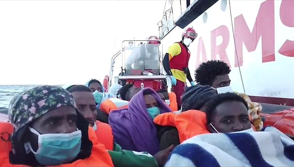 کشتی بشردوستانه اوپن آرمز بیش از ۲۵۰ مهاجر نجات داده شده از مدیترانه را به دو کشتی ایتالیایی انتقال داد. عکس از رویترز