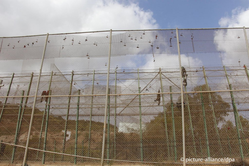 From file: Clothing on the triple wire fence separating Melilla from Morocco | Photo: picture-alliance