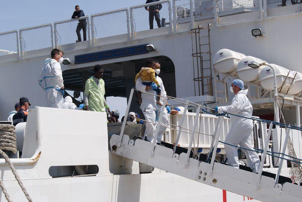 © Cécile Debarge |L'arrivée des réfugiés sur le navire de la Guardia Costa au port de Palerme.