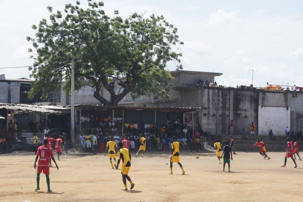C'est sur ce terrain de terre à Abidjan que Yaya Touré a touché ses premiers ballons. Crédit : photo extraite du livre, avec l'autorisation des auteurs.
