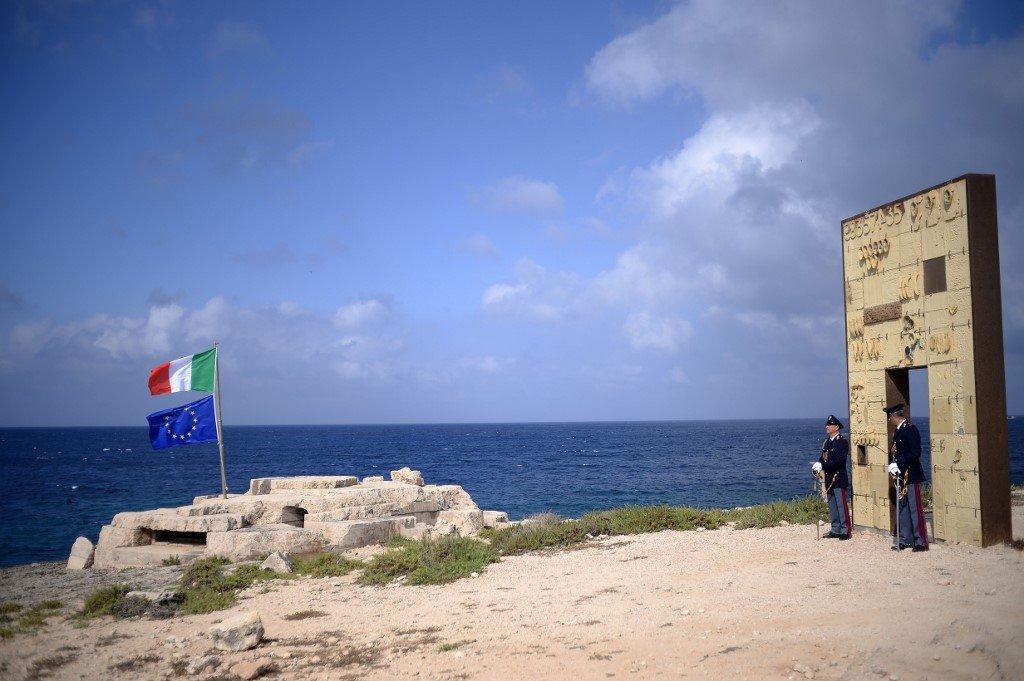 FILIPPO MONTEFORTE / AFP |La police italienne tient la «porte de l'Europe» sur l'île de Lampedusa, où le médecin Pietro Bartolo a oeuvré depuis 30 ans, le 7 juin 2017. (photo d'illutration)