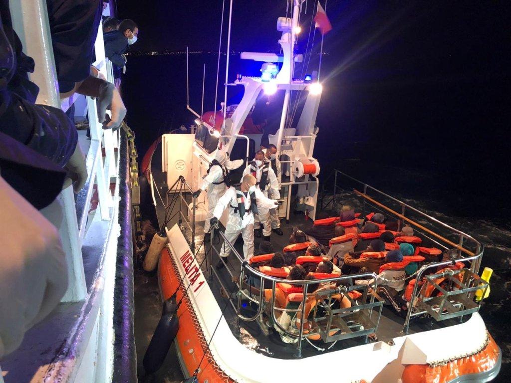 Une vedette des autorités maltaises est venue chercher les 50 migrants secourus par le Talia pour les débarquer dans la nuit à Malte. Crédit : DR
