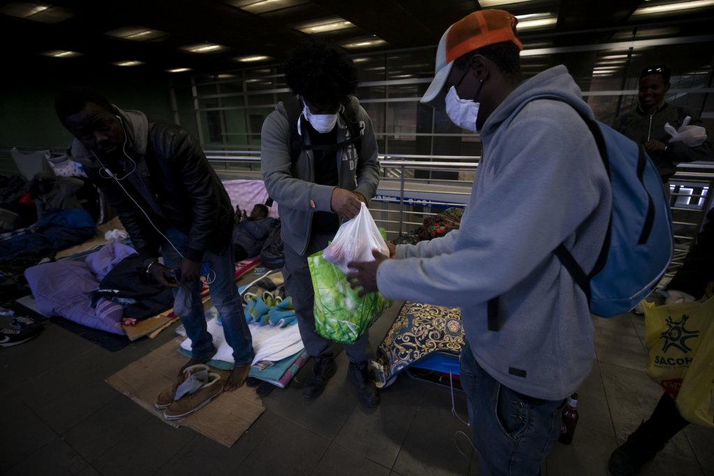 Baobab volunteers distribute food to migrants in Rome on April 9, 2020 | Photo: ANSA/Massimo Percossi