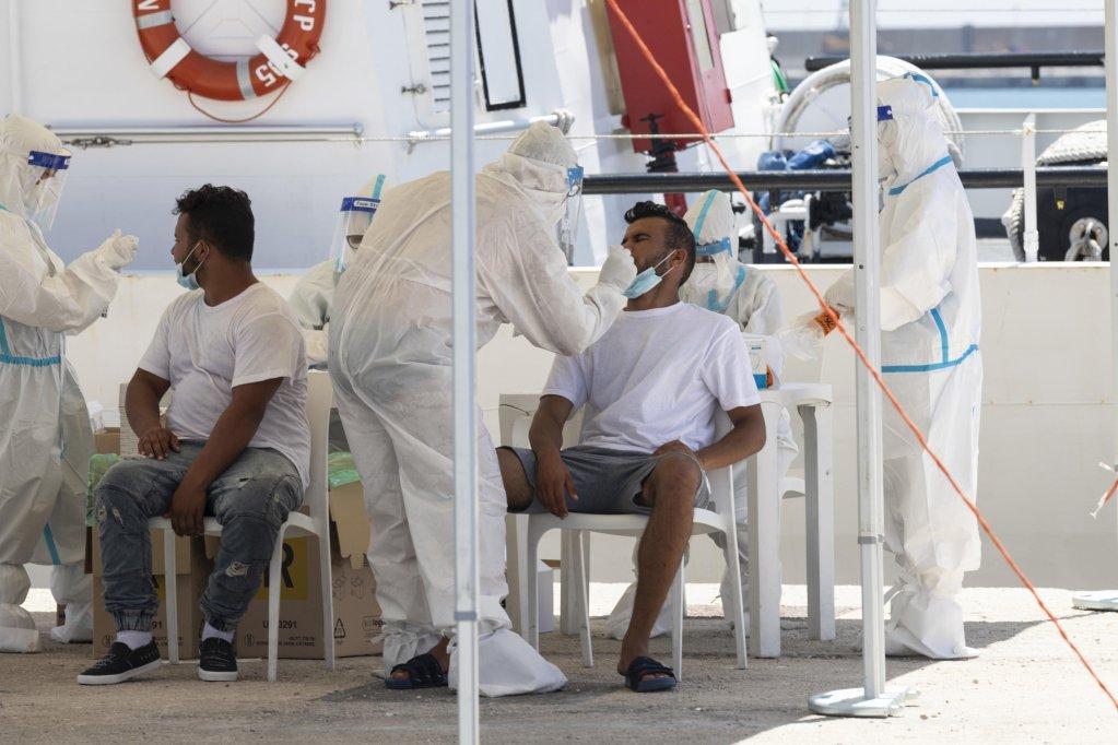 مهاجرون يخضعون للفحص الخاص بكوفيد - 19 لدى وصولهم إلى ميناء بوتسالو. أنسا / أرشيف
