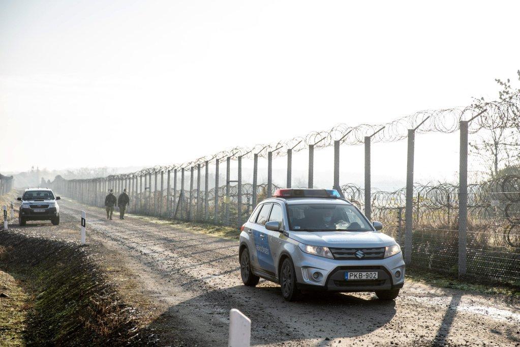 جنود مجريون على طول السياج الحدودي الذي أقيم لمنع المهاجرين من دخول البلاد في هرسيجسانتو، بالقرب من الحدود مع صربيا. المصدر: إي بي إيه/ تيبور روستا.