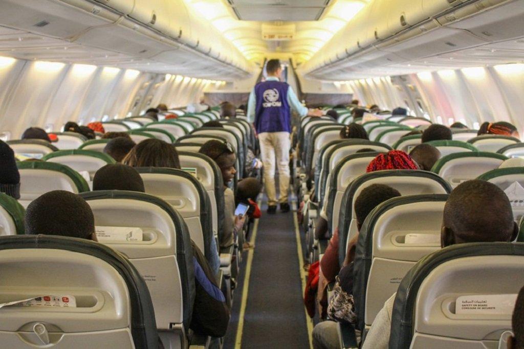 إحدى رحلات إعادة التوطين التي تقوم بها مفوضية اللاجئين ومنظمة الهجرة الدولية من ليبيا. الصورة من حساب منظمة الهجرة على فيسبوك