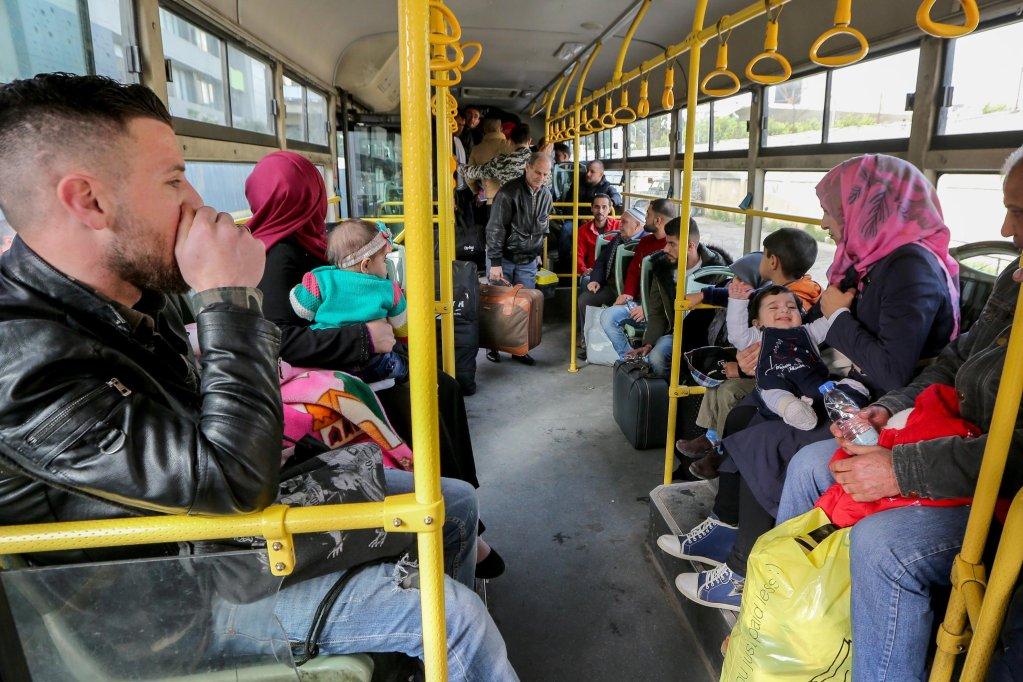 ANSA / لاجئون سوريون على متن حافلة في انتظار مغادرة بيروت للعودة إلى بلادهم. المصدر: إي بي إيه / نبيل منذر.