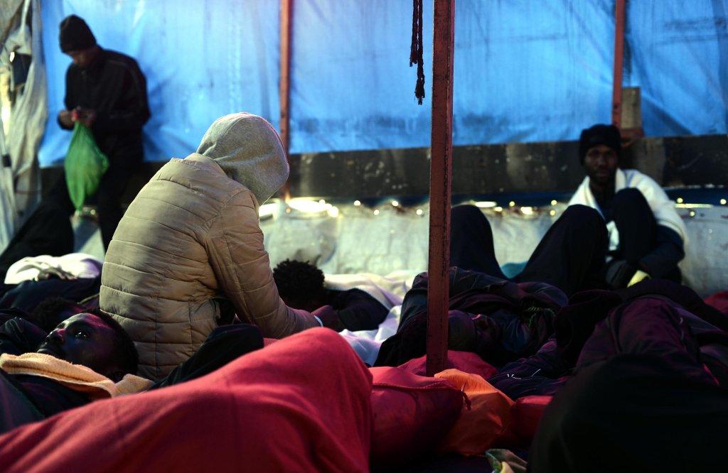 "ansa/ صورة من منظمة ""أس أو أس ميديتراني"" غير الحكومية تظهر مهاجرين تم إنقاذهم على متن السفينة ""أكواريوس"" في البحر المتوسط. المصدر: صورة من الأرشيف."