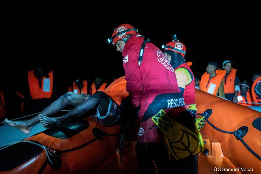 """فريق إنقاذ """"أوبن آرمز"""" يغيث أحد المهاجرين في البحر المتوسط. الصورة: صموئيل ناكار"""