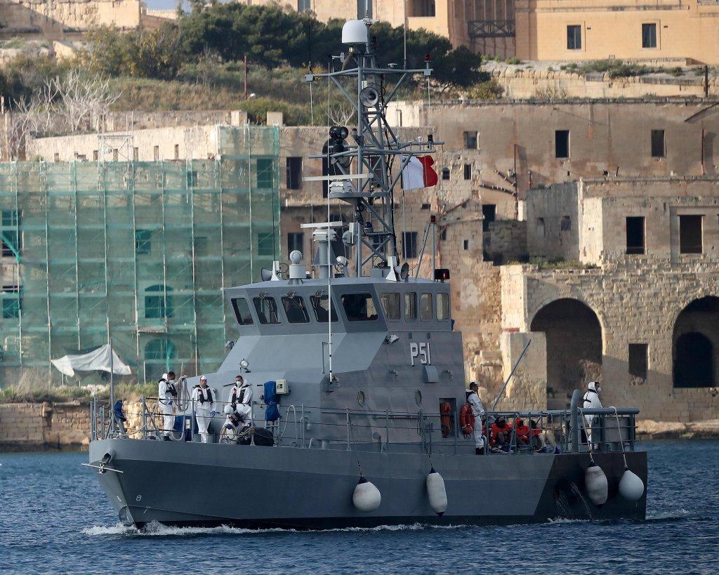 عکس از آرشیف/مهاجرانی که توسط کشتی الان کردی نجات داده شده اند، به کشتی نیروهای مسلح مالتا انتقال یافته اند./عکس: EPA/DOMENIC AQUILINA