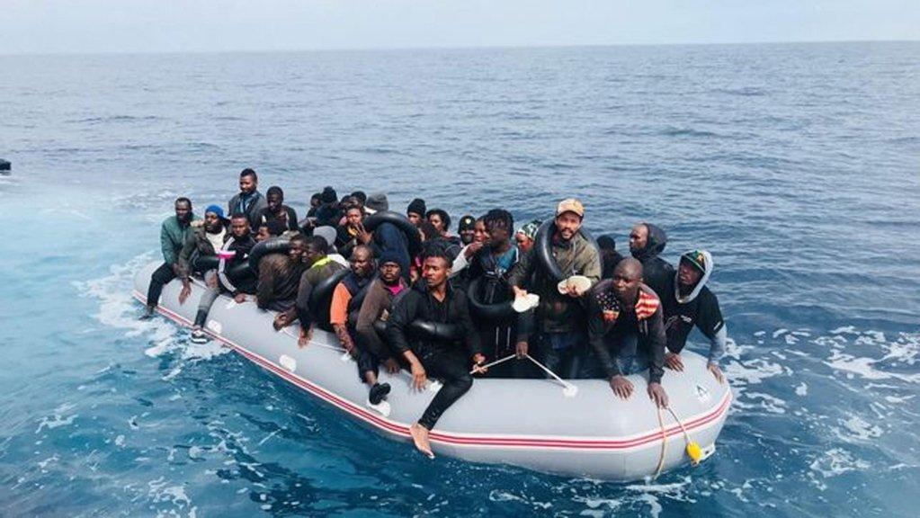 ANSA / مهاجرون من جنوب الصحراء الأفريقية أثناء اعتراضهم من قبل قوات حرس السواحل الإسبانية. المصدر: تلفزيون لاسيكستا.