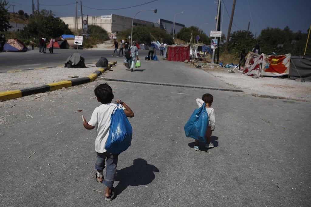 ANSA / طفلان على طريق تحول إلى مأوى للاجئين بالقرب من مخيم موريا المدمر ومن مخيم مؤقت جديد، ميتليني، اليونان في 14 أيلول / سبتمبر 2020. المصدر / إي بي إيه / ديمتريس توسيديس