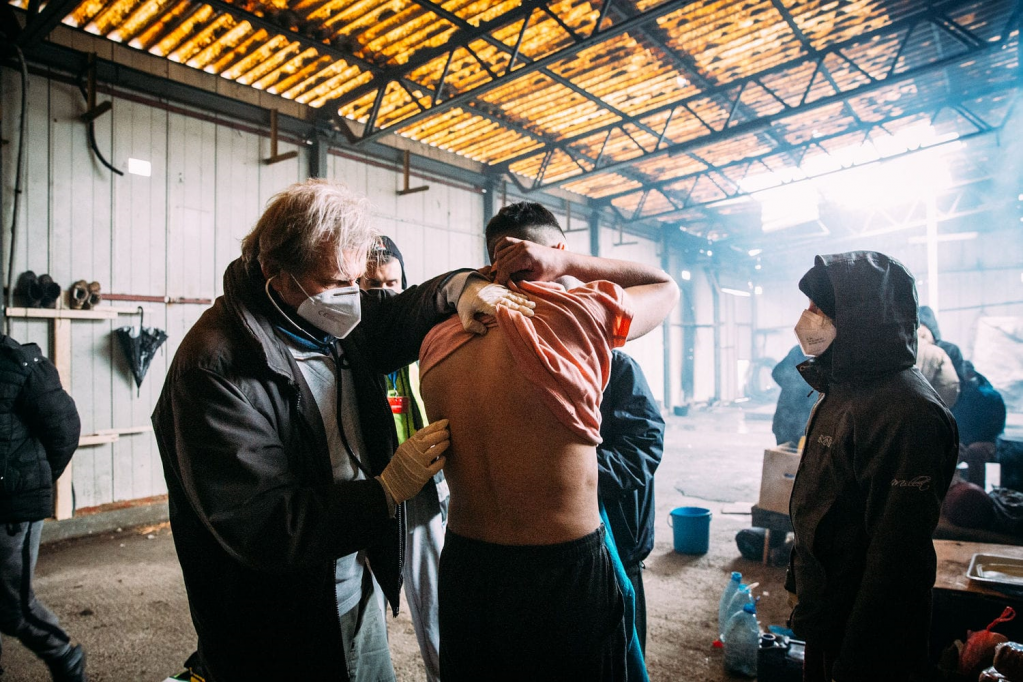 German streetwork doctor Gerhard Trabert treating a migrant in the Bosnian town of Velika Kladuša in January 2021 | Photo: Alea Horst