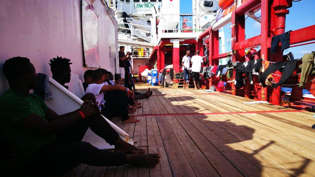 Des rescapés patientent sur l'Ocean Viking, le 12 septembre 2019. Crédit : Twitter / @SOSMedFrance