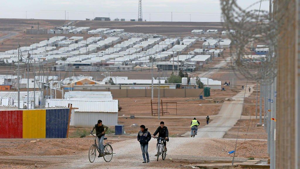 © رويترز |أطفال لاجئون سوريون يركبون دراجاتهم في مخيم الأزرق للاجئين في الأردن