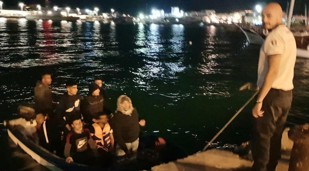 The disembarkation of 10 Tunisian migrants who arrived autonomously at the port of Lampedusa | Photo: ANSA