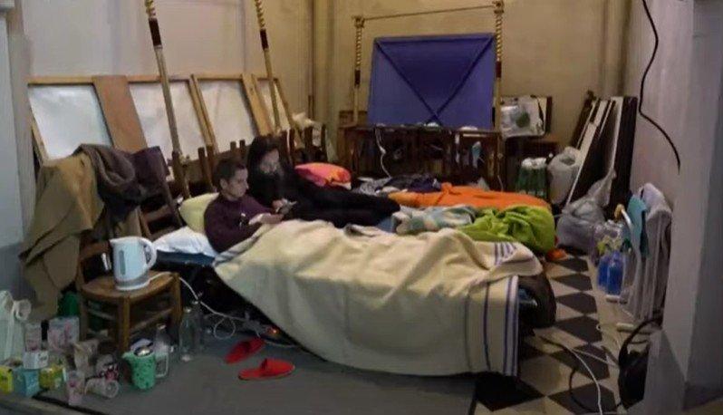 À Calais, le 11 octobre 2021, un prêtre et deux militants ont entamé une grève de la faim pour protester contre les conditions de vie des migrants. Crédit : Capture d'écran Youtube