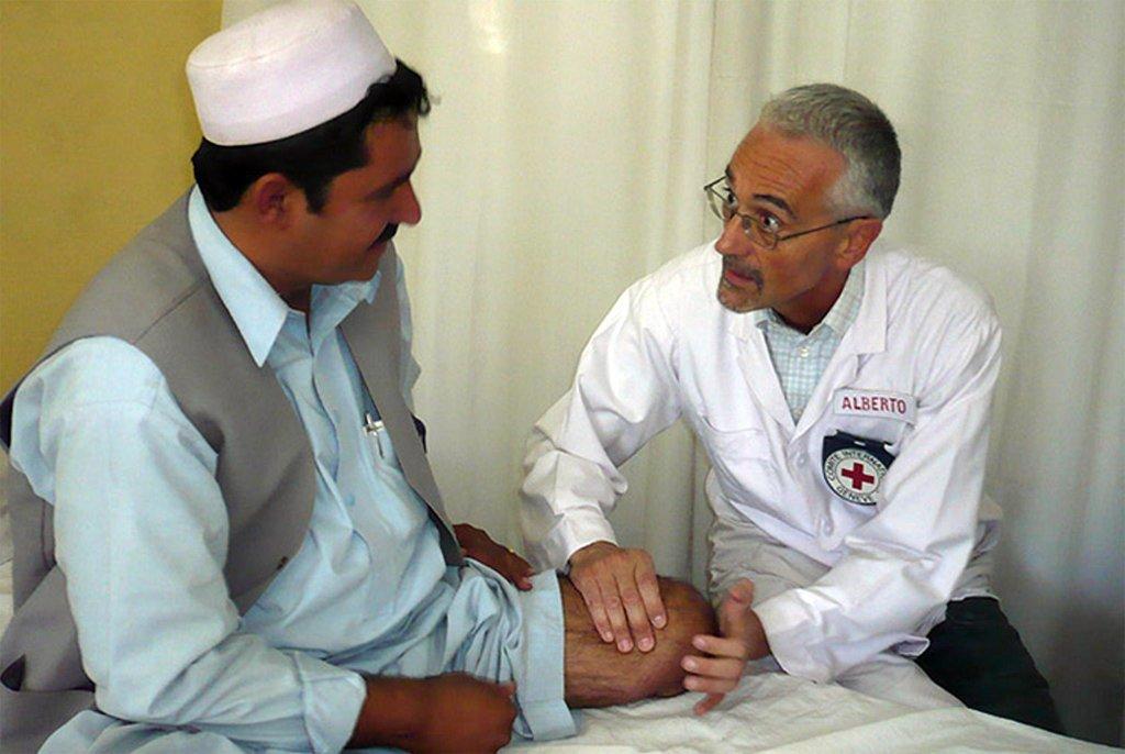 Alberto Cairo with a patient | Credit: Inx.campagnamine.orgc