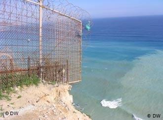 L'enclave espagnole de Melilla au Maroc est entourée de clôtures barbelées. Crédit : DW