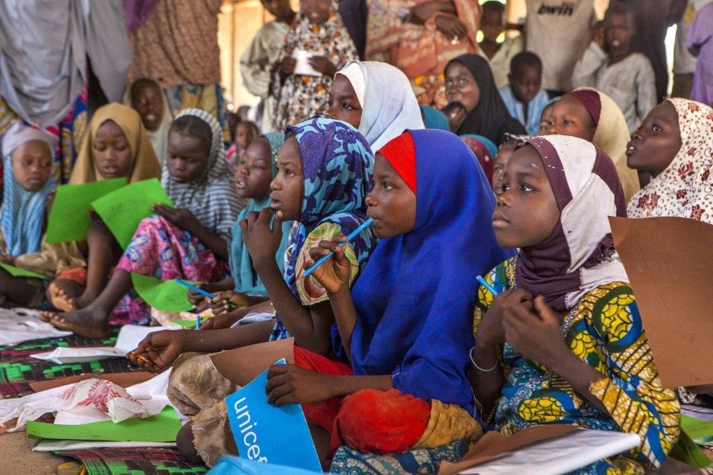 ANSA / فتيات يستخدمن موارد مدرسية جديدة في مركز غير رسمي للتعليم، في مخيم دالور للنازحين في شمال شرق مدينة مادوجوري النيجيرية. المصدر: أنسا/ يونيسف.