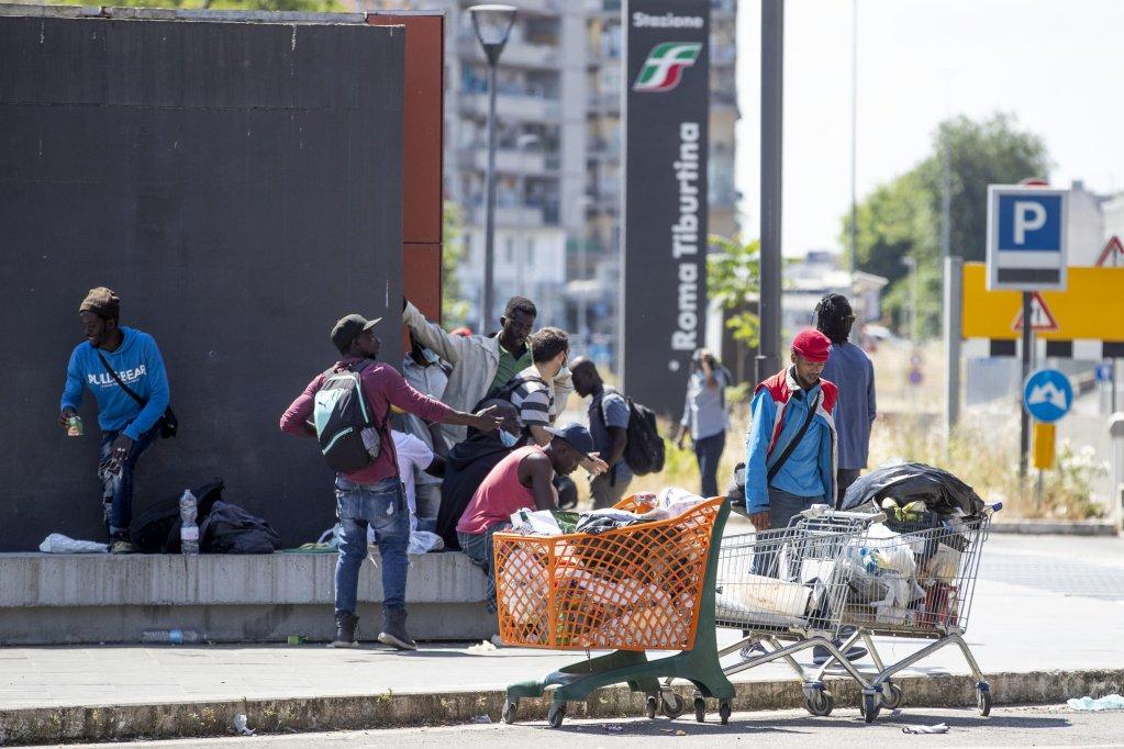 مهاجرون على الجانب الشرقي من محطة تيبورتينا في روما. المصدر: أنسا/ ماسيمو بيركوتزي.