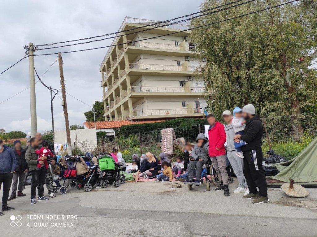 بعض العائلات التي باتت تقيم في الشارع بعد إخراجها من أحد فنادق الإيواء في إيفيا اليونانية 9 آذار/مارس 2021. الحقوق محفوظة