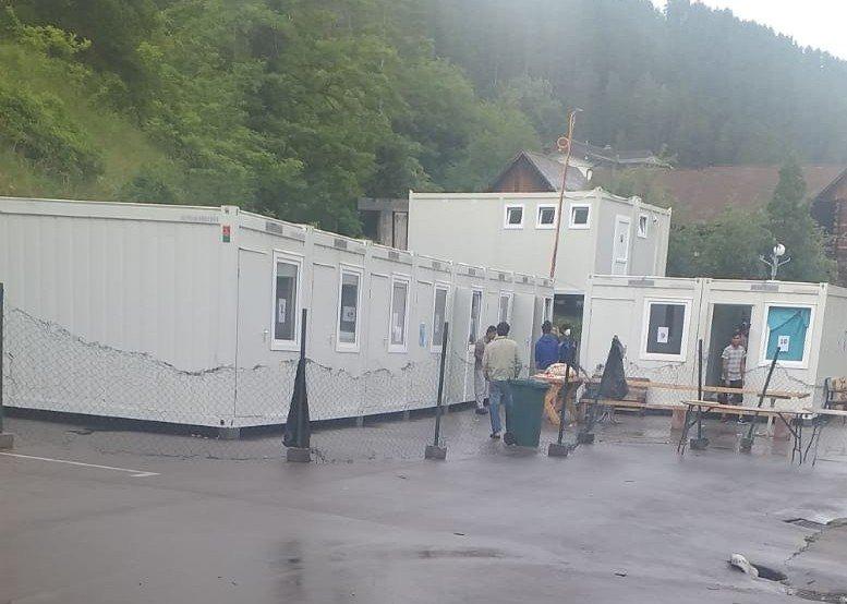 Les conteneurs du camp de l'ex-hôtel Sedra à Cazin en Bosnie. Crédit : Shâyân pour InfoMigrants