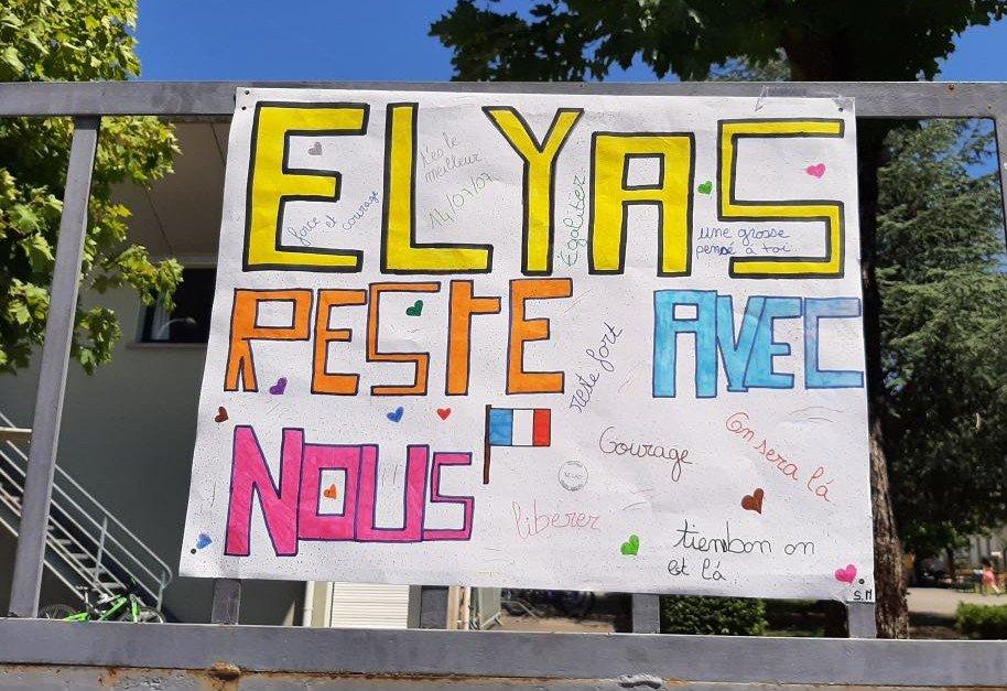 Les camarades d'Elyas ont placardé des affiches de soutien à l'entrée du collège. Crédit : DR