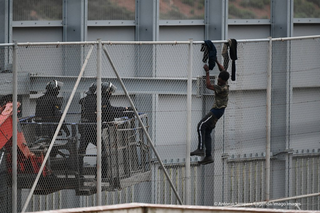 A migrant trying to cross the Ceuta border fence on April 13, 2021   Photo: Antonio Sempere/Lagencia/imago images