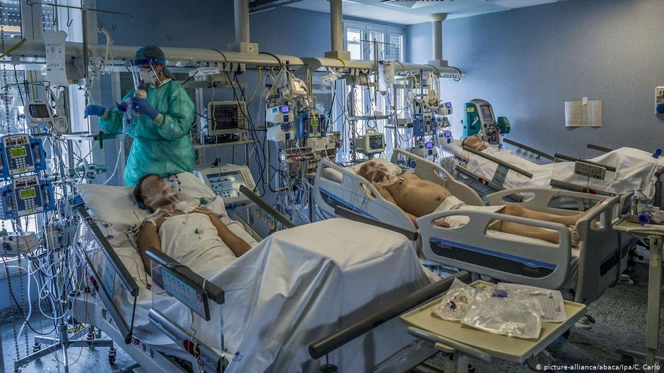 Health care workers treat the most serious patients infected with coronavirus at the Cremona intensive care unit in Cremona, south of Milan | Photo: Picture-alliance/abaca/lpa/C.Carlo
